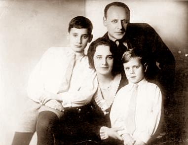 Я.М.Магалиф, его жена Софья Васильевна Магалиф-Аржанова и дети: старший Евгений (слева) и младший Борис (справа).